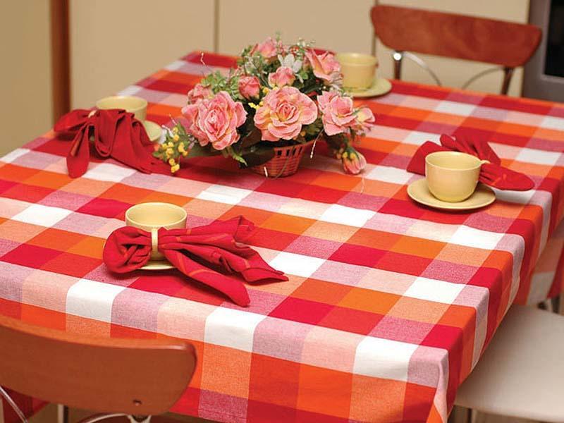Гармоничное сочетание ярких цветов на скатерти способствует улучшению аппетита