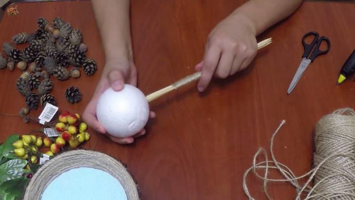 Ствол оформляем шпагатом, фиксируя шнур клеем через каждые несколько витков. В основании проделываем дыру, заливаем в нее клей и насаживаем шар на ствол