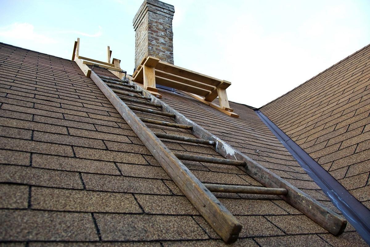 Чтобы изготовить лестницу на крышу, стоит приобрести доски или металл, а также крепежные элементы