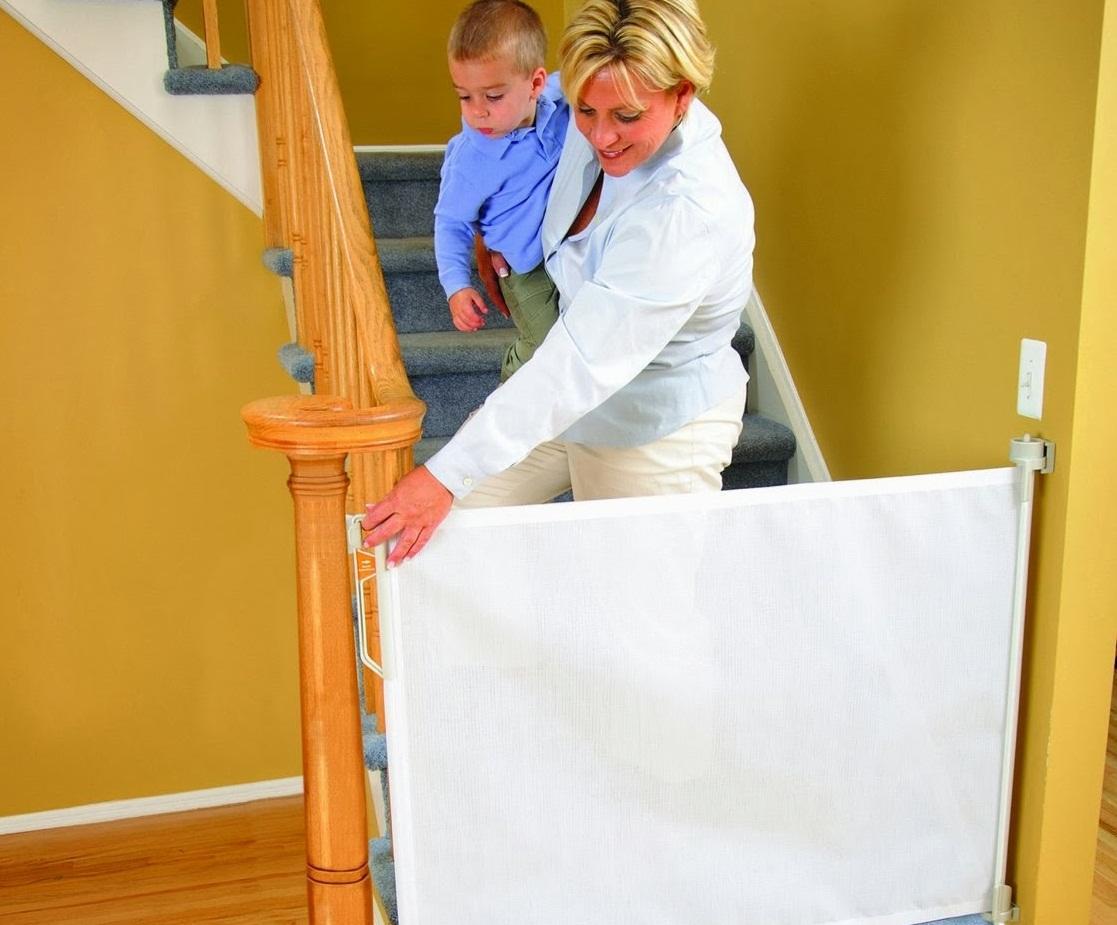 Следует покупать такие ворота безопасности на лестницу, которые ребенок не сможет перелезть