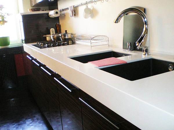 Такая столешница не только будет украшением дизайна кухни, но и будет нести в себе практичность
