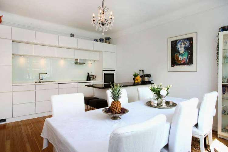 И без того большую кухню 20 кв. м метров можно еще увеличить, объединив ее с гостиной и организовав там столовую. Такое решение, как правило, по душе большинству людей