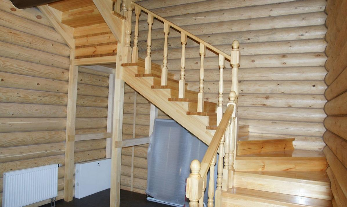 Деревянные лестницы могут отличаться по форме, цвету и размеру
