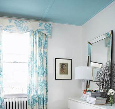 Использование контрастной краски на потолке способно значительно преобразить помещение кухни