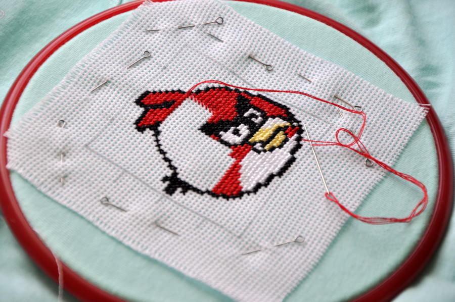 Накладную канву удобно использовать для вышивания на сумках, подушках и прочих вещах, которые хотелось бы украсить