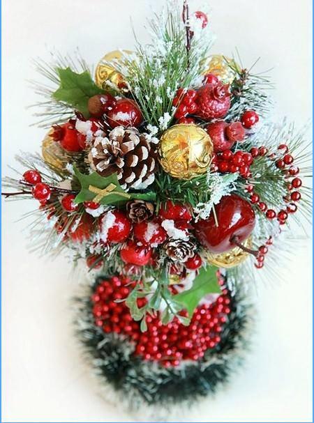Новогодний топиарий может быть выполнен в виде традиционного деревца или в форме елки