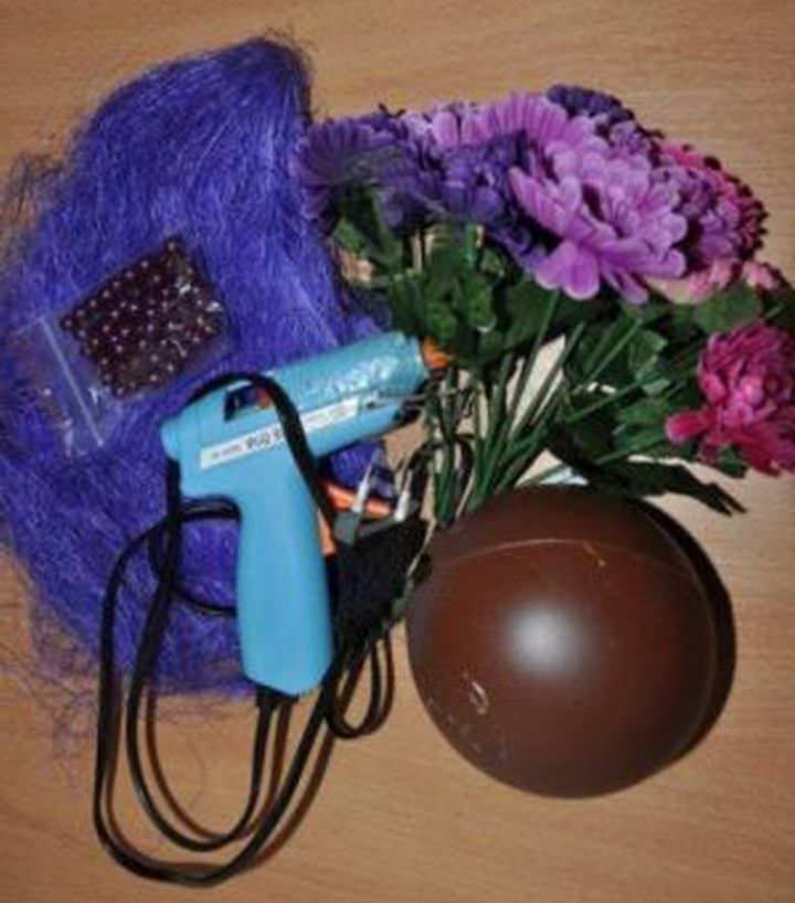 Для основания кроны можно использовать старый пластиковый или резиновый мяч