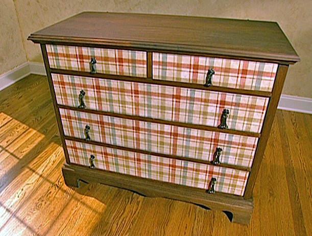 При декорировании мебели тканью, материал можно наклеить на поверхность или закрепить