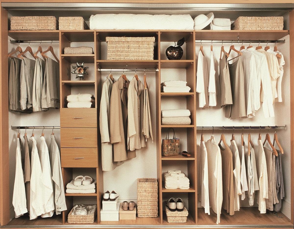 Зачастую для изготовления гардероба применяется дерево, например, МДФ или ДСП