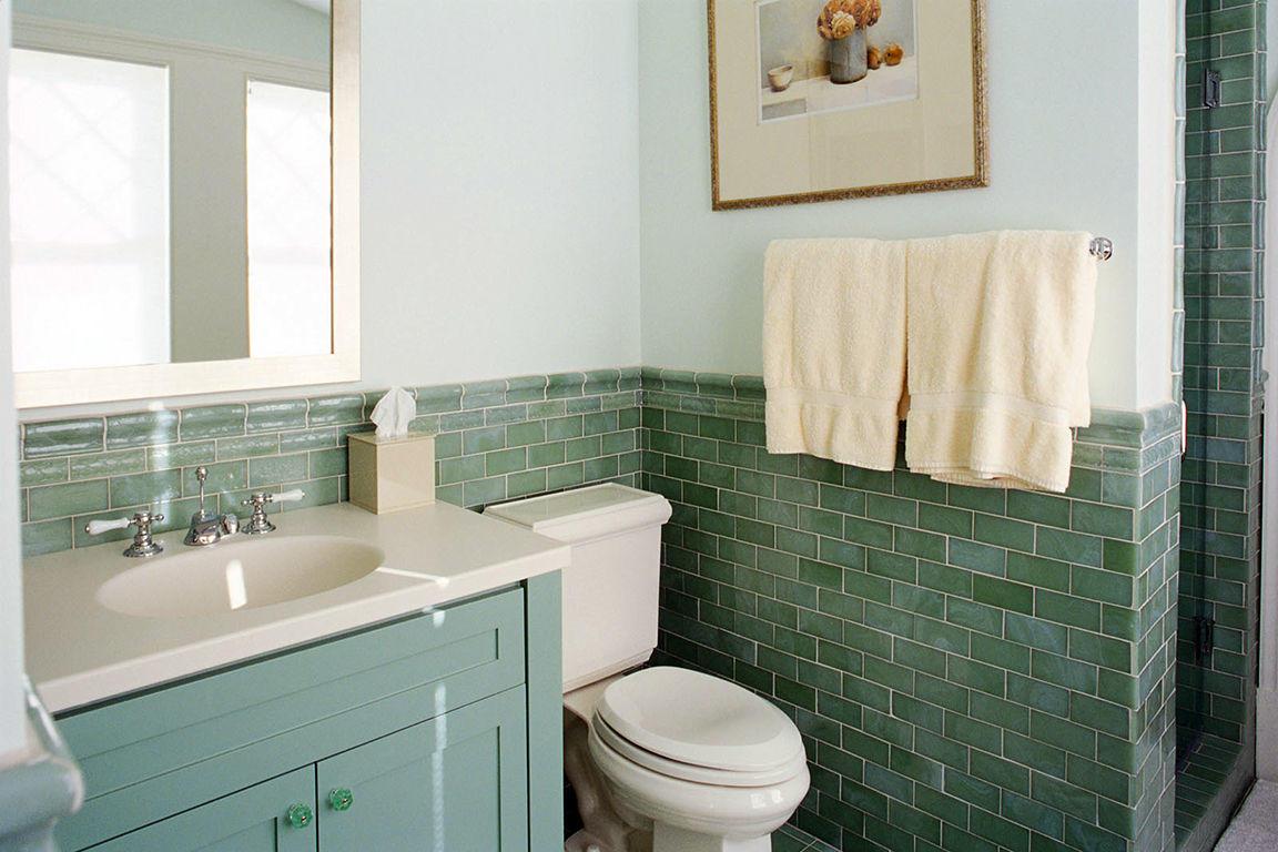 В ванную нужно выбирать плитку такого цвета и фактуры, чтобы она гармонично сочеталась с другими отделочными материалами и предметами мебели