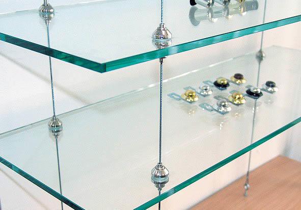 Потолочные стеклянные полки позволяют установить их, независимо от расположения стен, что существенно облегчит выбор их расположение