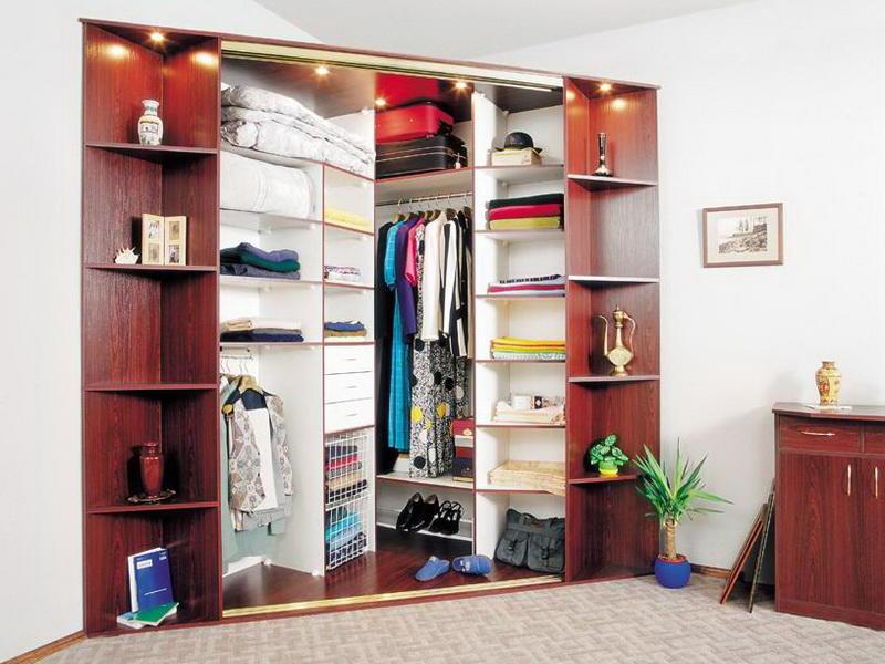 Прекрасным вариантом для спальной комнаты станет шкаф со множеством полочек и выдвижных ящиков