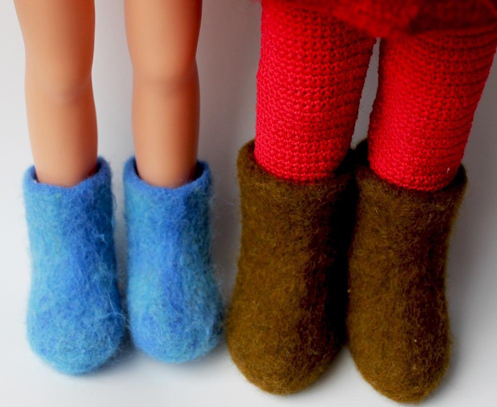 Делая валенки для куклы, цвет шерсти следует выбирать таким образом, чтобы она гармонично сочеталась с оттенком одежды