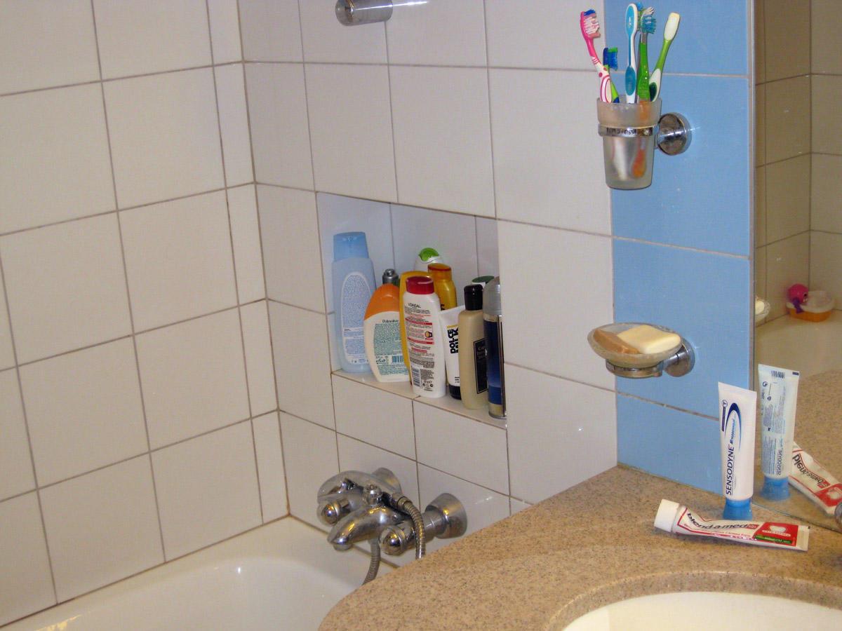 Ниша над ванной хорошо подходит для хранения шампуней