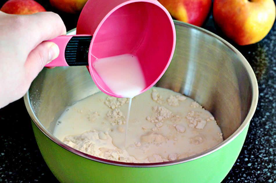 Часть муки, дрожжи, сахар, соль и яйца разводим в теплом молоке