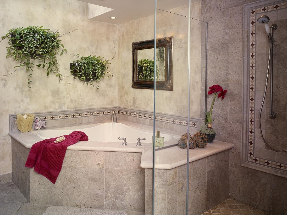 Выбирать плитку для ванной комнате следует в зависимости от ее площади и стиля