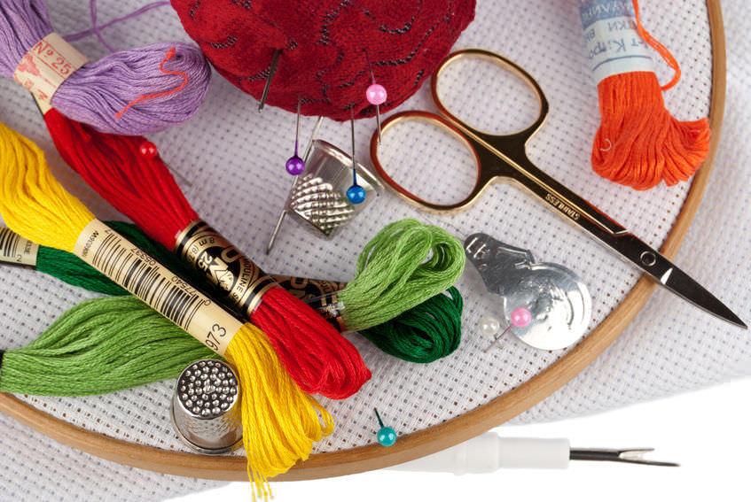 Готовый набор для вышивания является достаточно практичным, поскольку он сразу включает все необходимые материалы и инструменты для работы