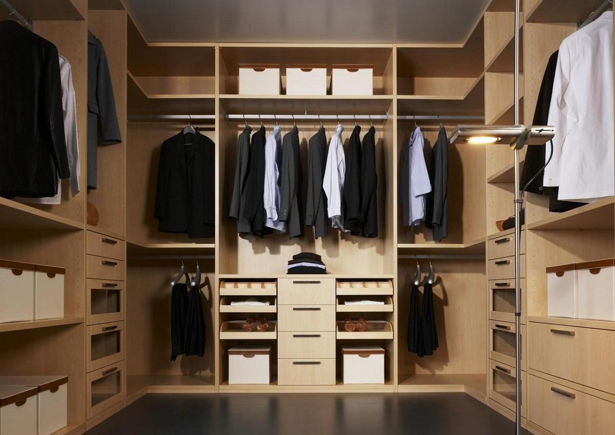 Гардеробная комната обязательно должна быть оснащена отделом для обуви, верхней одежды и белья
