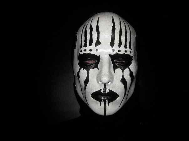 Можно приобрести маску в специальном магазине, а можно проявить креативность, и сделать маску самому из папье-маше