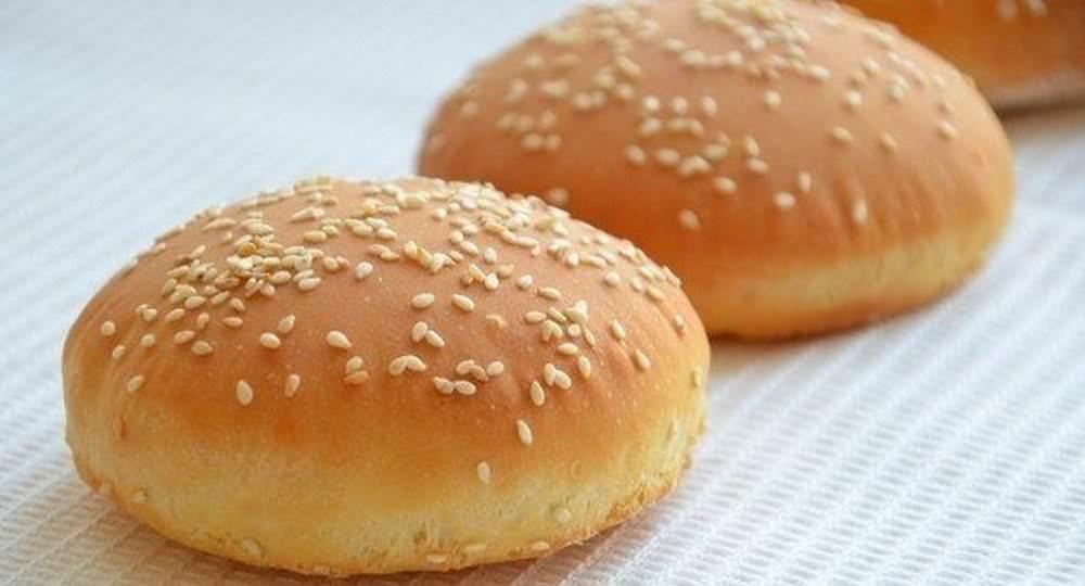 Знаменитые гамбургеры готовятся из булочек, очень легко которые можно приготовить и в домашних условиях