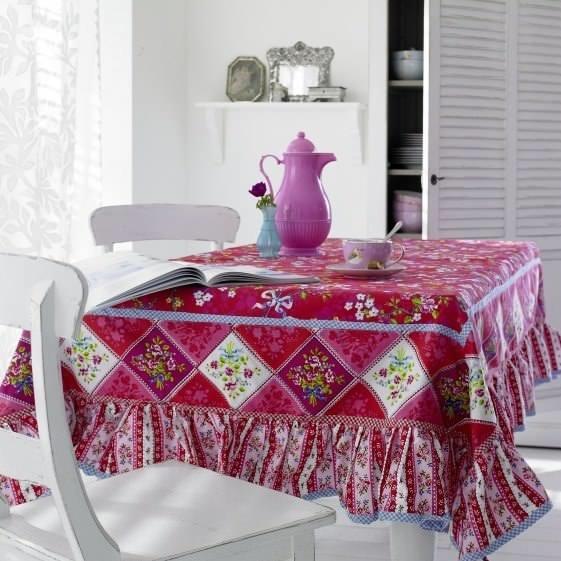 Лоскутное шитье – отличное, экономичное, модное и стильное решение в оформлении интерьера кухонного помещения