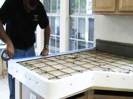 Принцип изготовления столешницы из бетона - создание формы и последующая заливка. Работы можно осуществить на месте и, при достаточных умениях и понимании процесса, самостоятельно