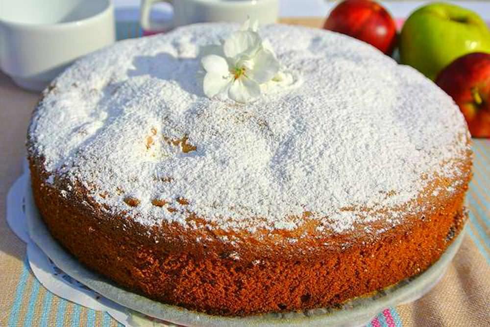 Готовый пирог украшаем сахарной пудрой и можно сразу же подавать к столу. Приятного аппетита!