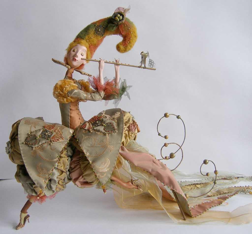 После создания куклы, ее можно покрыть лаком: она будет более прочной и яркой