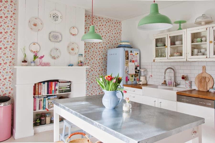 С помощью такого оригинально дизайнерского решения, как комбинирование обоев, ваша кухня заиграет новыми красками и станет неузнаваемой
