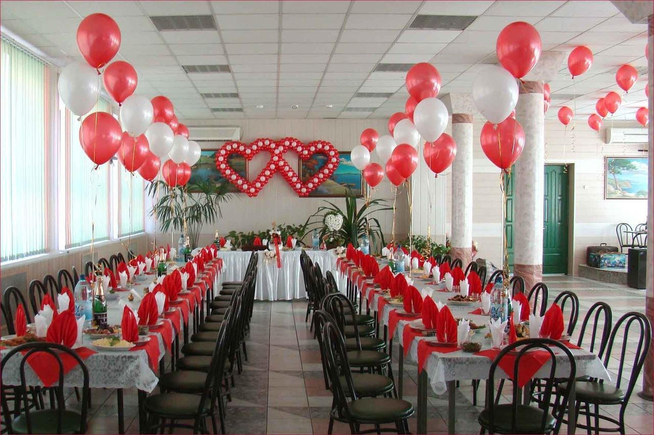 Красивые и романтичные композиции из воздушных шариков на свадебном торжестве создадут приятную атмосферу и праздничное настроение