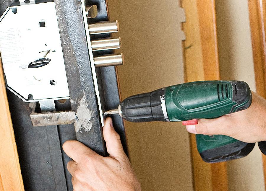 Износ деталей механизма – самая распространенная первопричина выхода из строя дверного замка