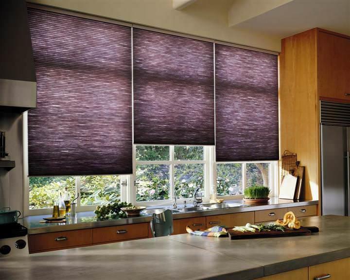 Короткие шторы очень удобны для кухонь, где зона оконного проема является эксплуатируемой