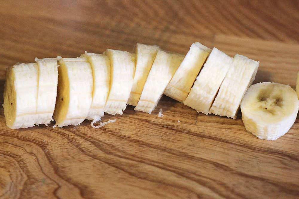 Приступаем к нарезке бананов. Делать это нужно как можно аккуратнее, чтобы все кусочки были одинаковымы