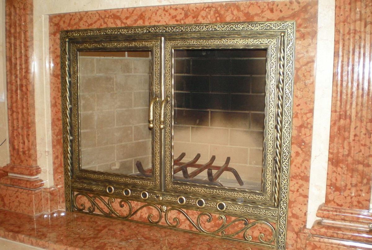 Дверца для камина, окрашенная в золотой цвет, хорошо впишется в классический интерьер