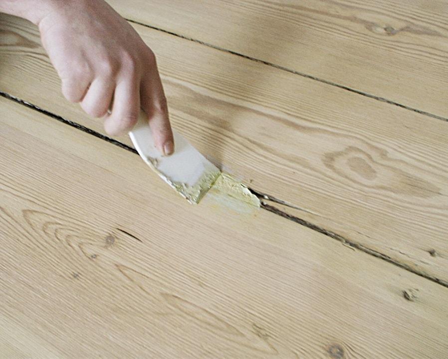 Для того чтобы деревянный пол не скрипел, можно использовать цементный раствор или тальк, которым следует замазать щели