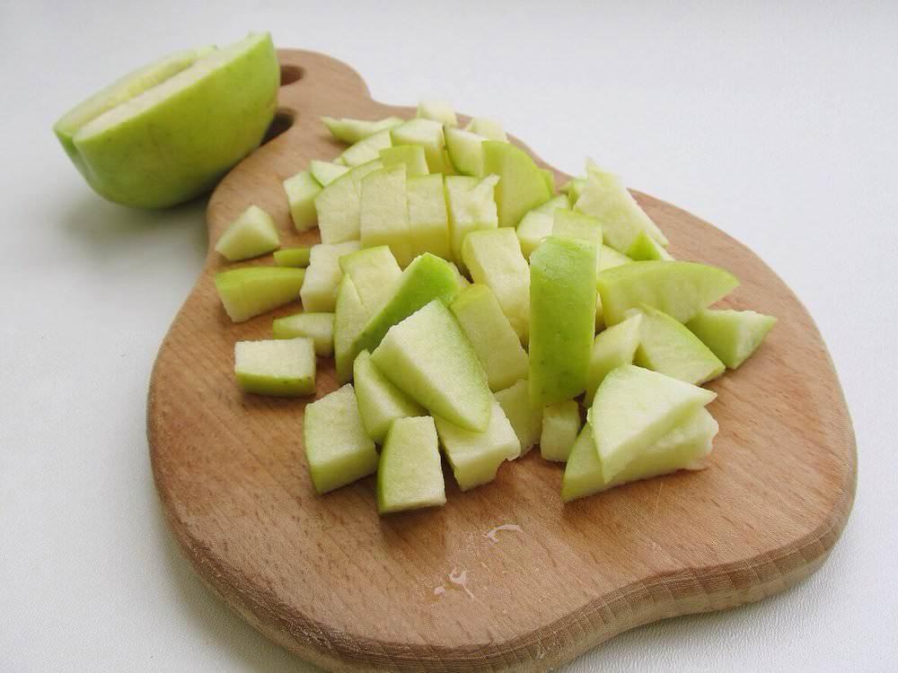 Режем яблоки на мелкие кусочки и очищаем их от семян. Кожуру можно не снимать, при запекании она станет мягкой