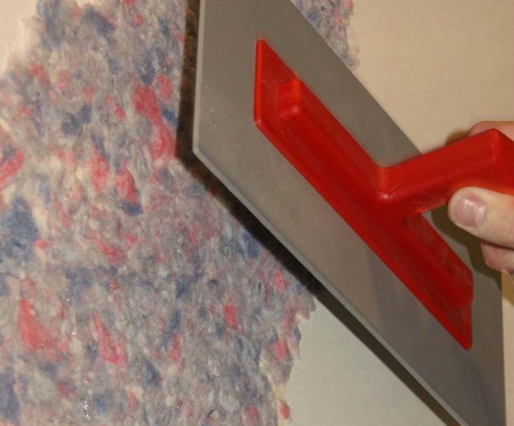 Наносить жидкие обои лучше шпателем, после чего, пройтись по ним валиком и добиться толщины два-три мм