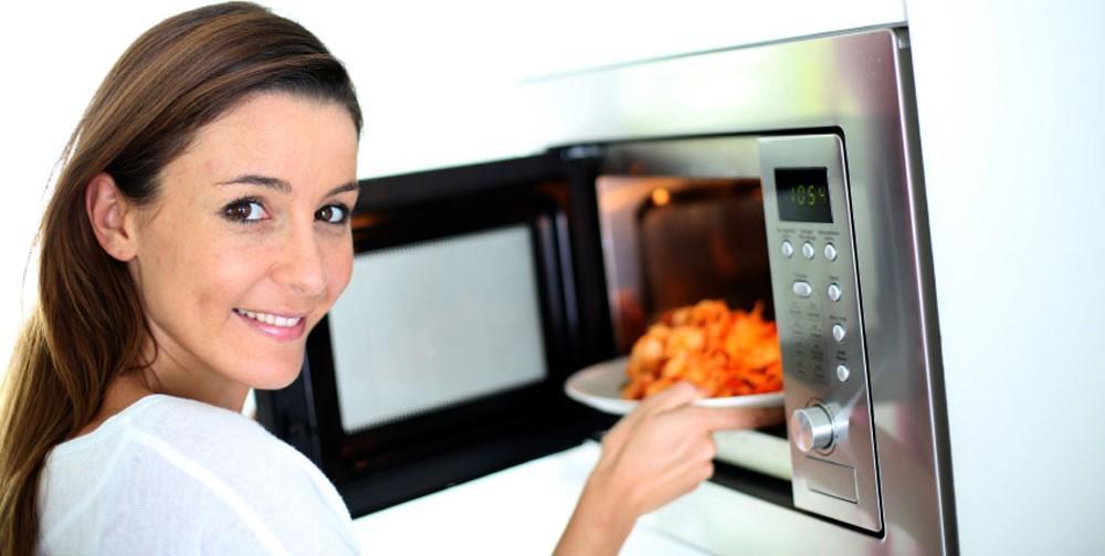 Чтобы правильно готовить пищу в микроволновой печи, следует тщательно ознакомиться с правилами ее использования