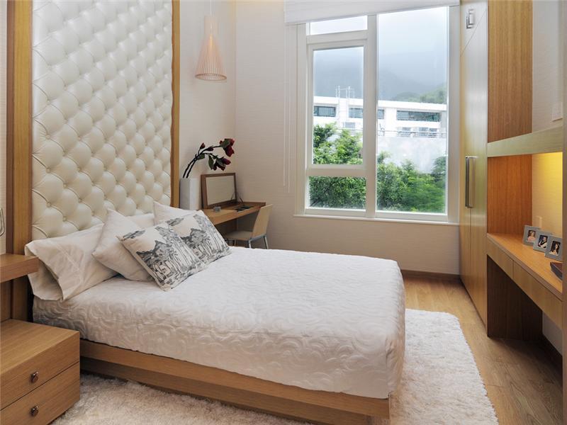 Чтобы спальня выглядела визуально больше, в интерьере должны преобладать светлые оттенки