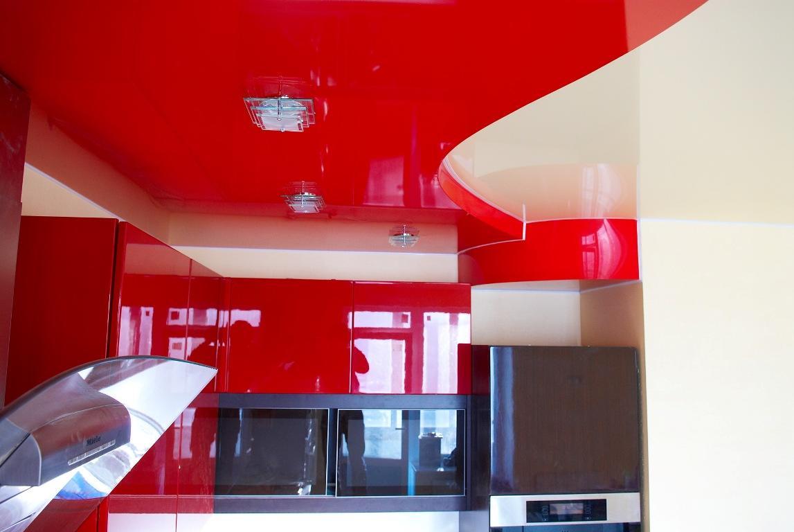 Сочетание красного и белого цветов при оформлении натяжного потолка смотрится не только стильно, но и эффектно