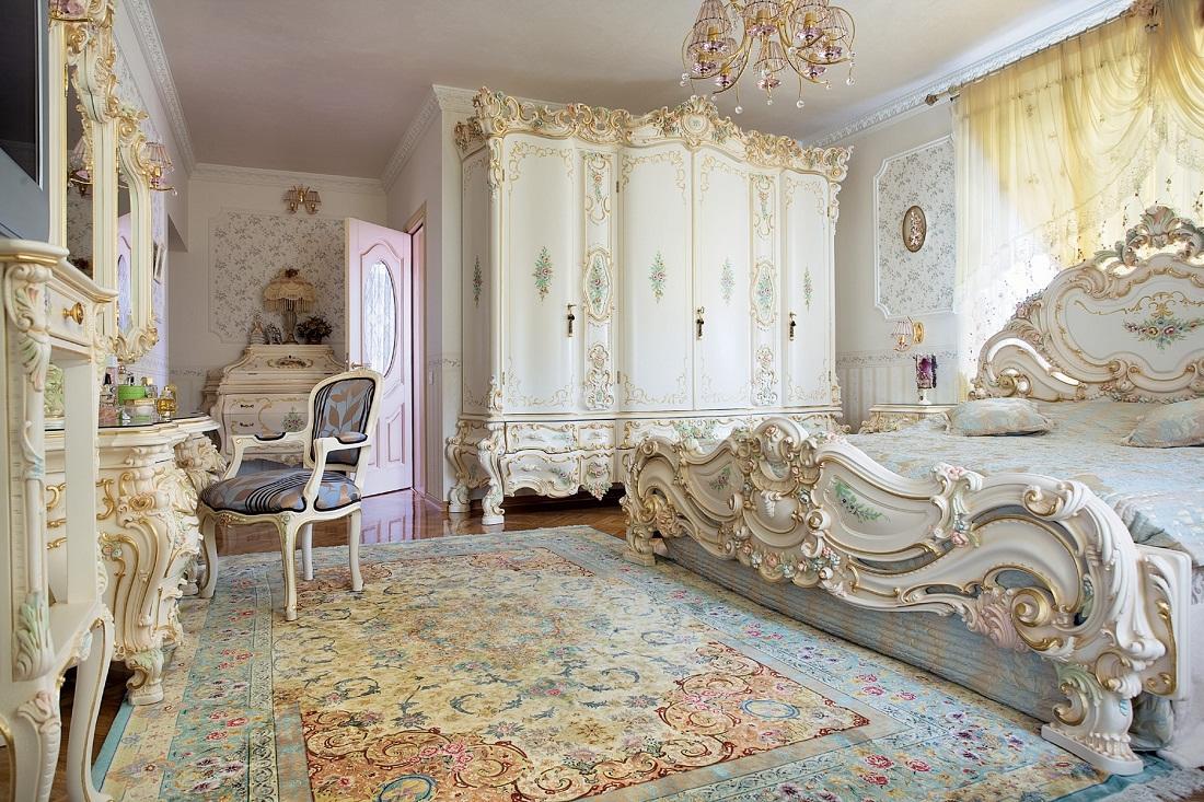 Для стиля барокко отлично подходит мебель из дорогих пород дерева с изящными изгибами