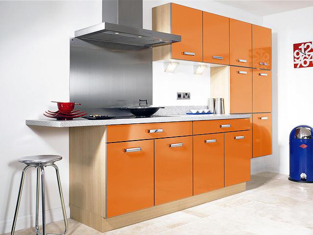 Оранжевая кухня выглядит очень эмоционально и свежо
