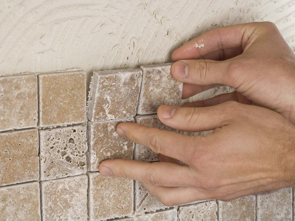 Для укладки мозаики достаточно нанести на поверхность тонкий слой клея