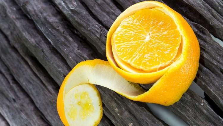 Корка лимона или грейпфрута не оставляет свой запах в продуктах, в отличие от чеснока