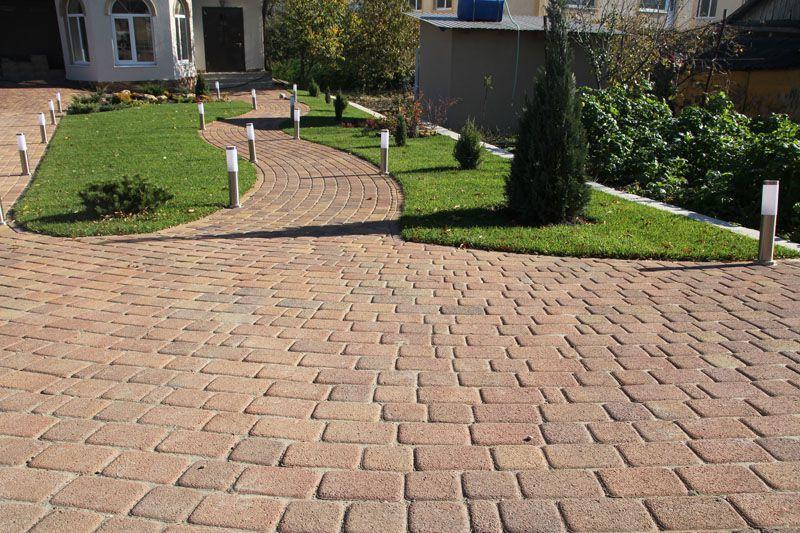 Фактурная плитка — хороший вариант для сада, позволяющий создавать оригинальные узоры и комбинации