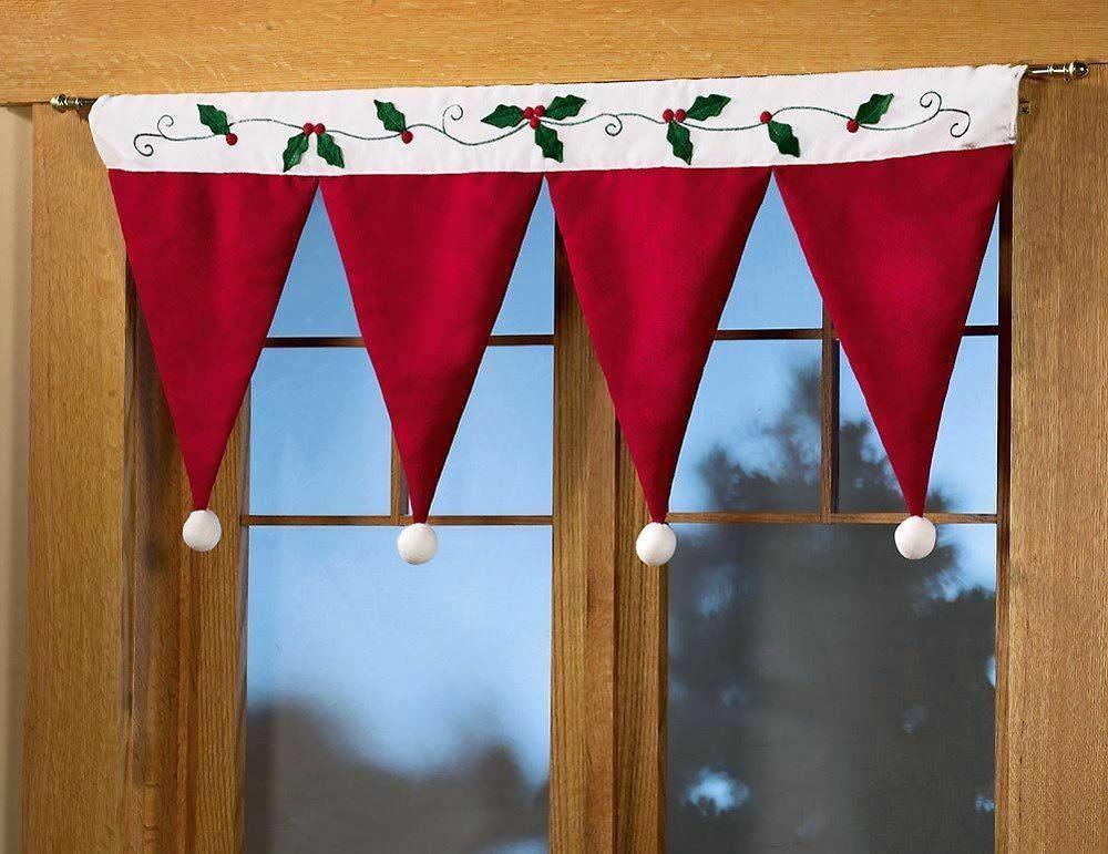 Новогодний ламбрекен можно сшить из ткани или собрать из готовых шапочек. Прикрепив их на прищепки и украсив, вы получите уникальное украшение окна к новому году
