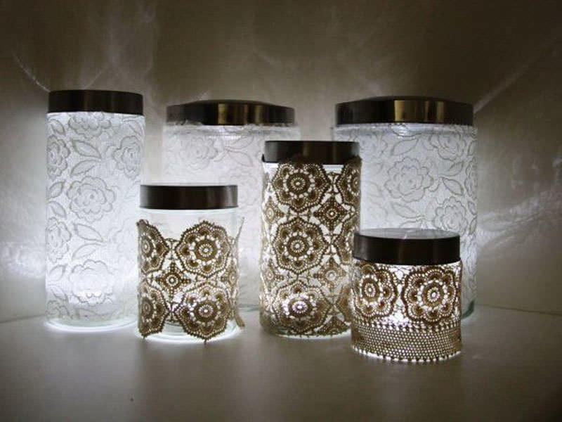 Светящиеся кружевные баночки станут отличным дополнением романтической атмосферы для вечерних кухонных посиделок