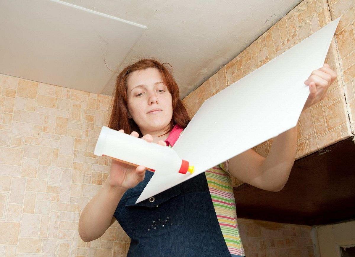 Для поклейки потолочной плитки применяется обычный клей