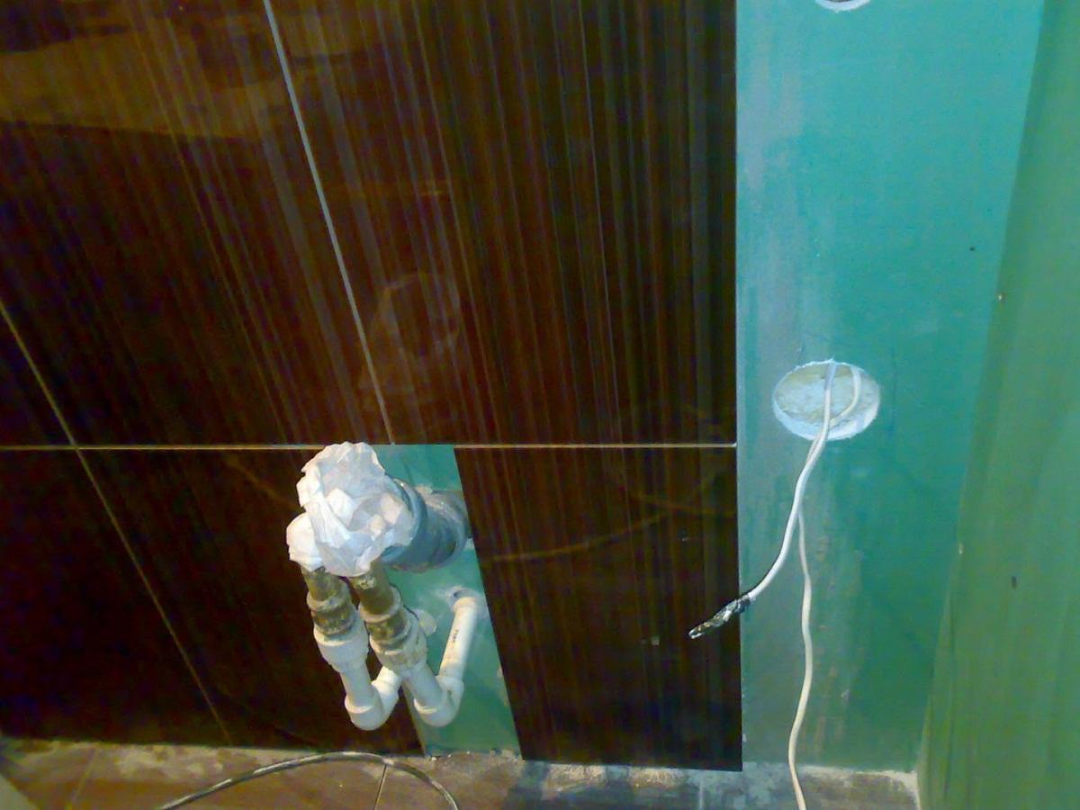 С помощью влагостойкого гипсокартона можно выровнять стены в ванной для укладки плитки