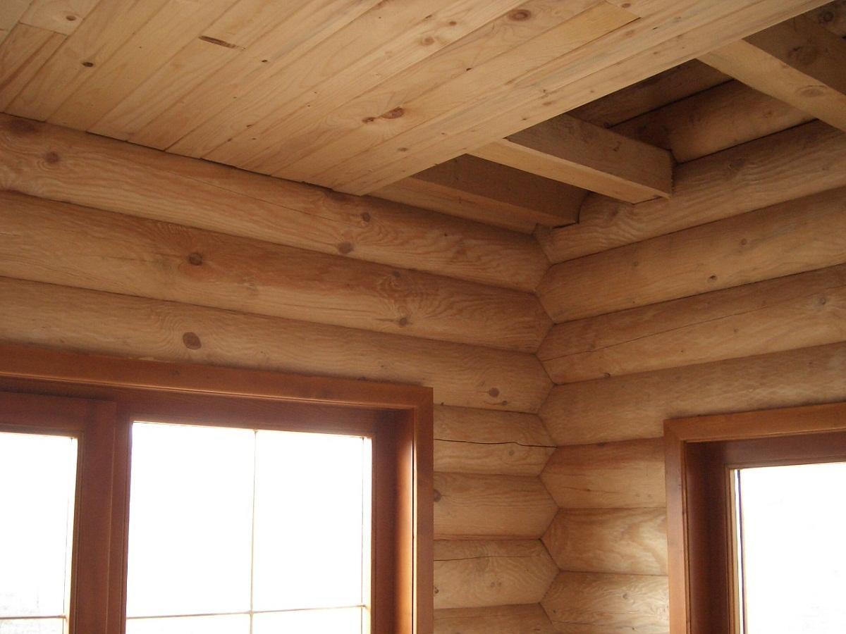Выполнить монтаж досок деревянного потолка можно с помощью специальных пазов на рейках